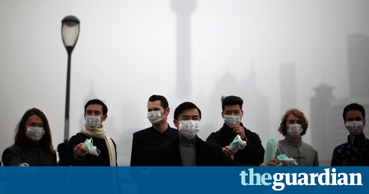 People wearing surgical masks on a smoggy day